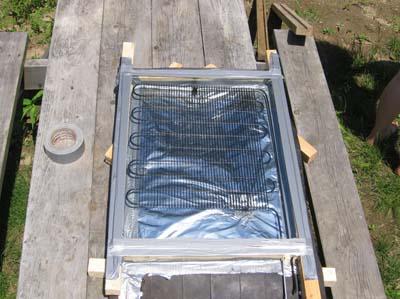 Самодельный солнечный коллектор готов.  Для наилучшего нагрева солнечные лучи должны падать на поверхность коллектора...