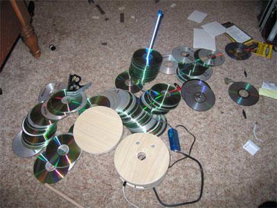 И так начнем. понадобится: куча старых дисков, люминесцентная лампа синего цвета, стандартный светильник для нее...